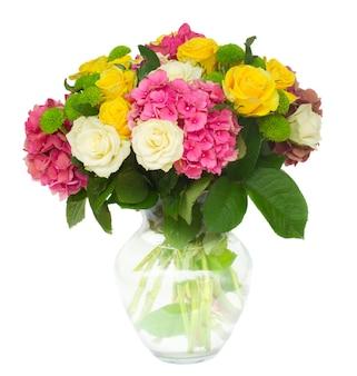 Fleurs fraîches hortensia rose avec des roses blanches et jaunes dans un vase isolé