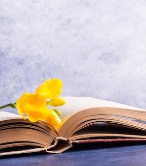 Fleurs fraîches sur le livre ouvert