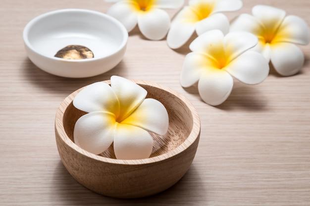 Fleurs de frangipanier sur blanc