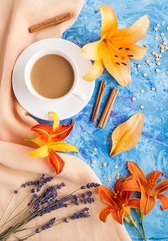 Fleurs d'hémérocalle et de lavande avec une tasse de café