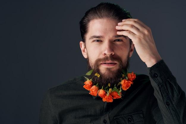 Fleurs de l'homme émotionnel dans un studio de décoration de romance cadeau barbe.