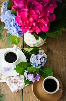 Fleurs d'hortensia et café