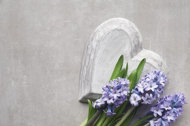 Fleurs de jacinthe bleu sur fond de pierre clair, vue de dessus, espace