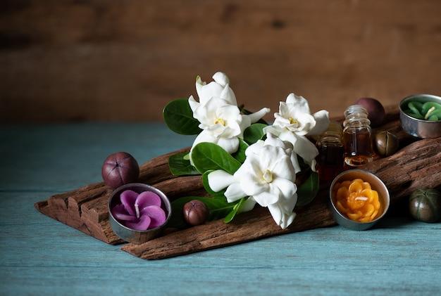 Fleurs de jasmin du cap sur un vieux bois.