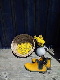 Fleurs jaunes et bottes en caoutchouc
