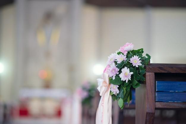 Fleurs joliment décorées à l'église - images