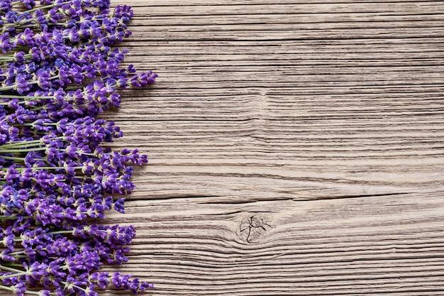 Fleurs de lavande sur fond en bois.