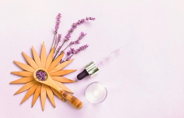 Fleurs de lavande fraîches attachées en bouquets et huiles essentielles dans des flacons décoratifs. cosmétiques naturels.