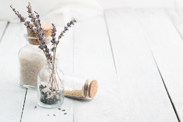 Fleurs de lavande séchées au sel de mer. espace pour le texte. spa et concept de détente. rustique.