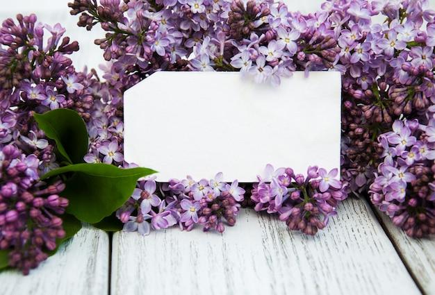 Fleurs lilas avec étiquette vide