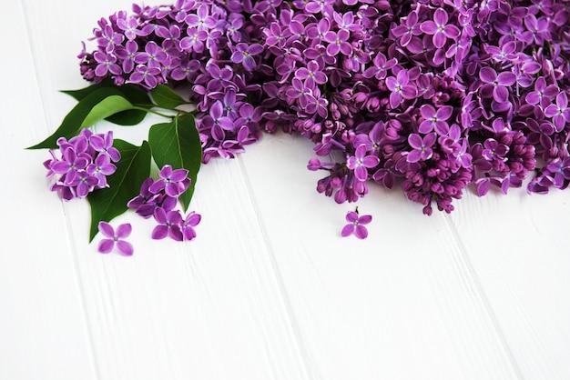 Fleurs lilas sur une table