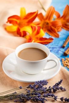 Fleurs de lis du jour et de lavande orange et une tasse de café