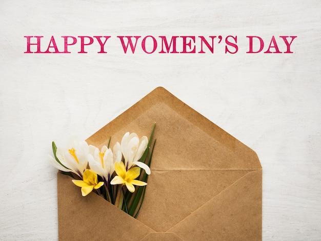 Fleurs lumineuses et lettrage happy women's day. gros plan, pas de monde. félicitations à la famille, aux parents, aux amis et aux collègues