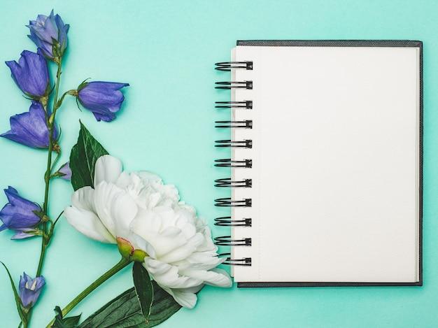 Des fleurs lumineuses et une place pour votre message de félicitations