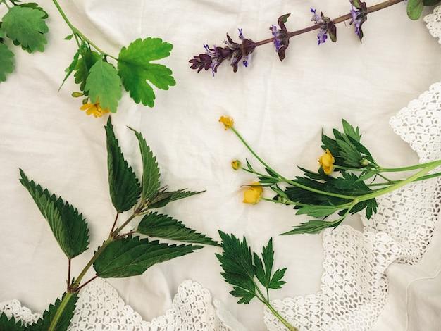 Fleurs lumineuses posées sur la table. gros plan, personne, texture. félicitations pour la famille, les parents, les amis et les collègues