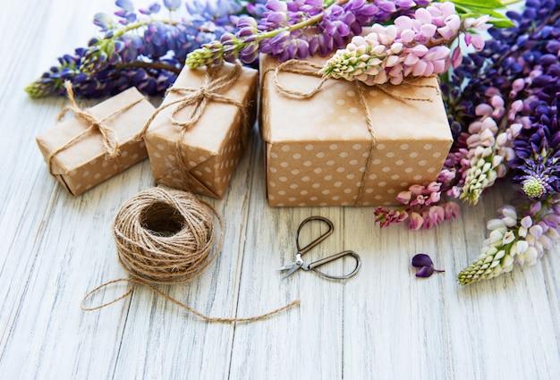 Fleurs de lupin et coffrets cadeaux