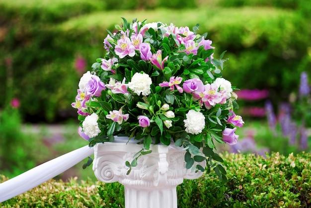 Fleurs de mariage dans un parc verdoyant