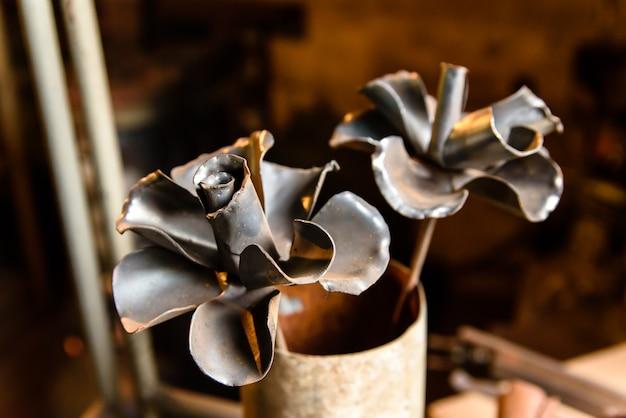 Fleurs en métal, forgeron.