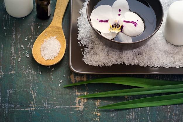Fleurs d'orchidées dans un bol d'eau et réglage spa