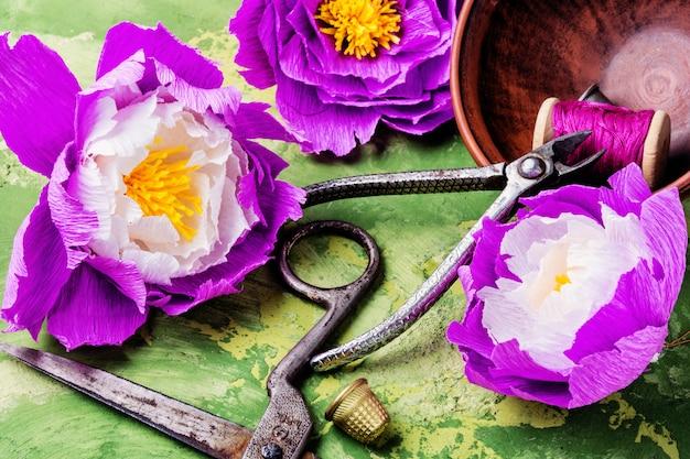 Fleurs en papier colorées à la main