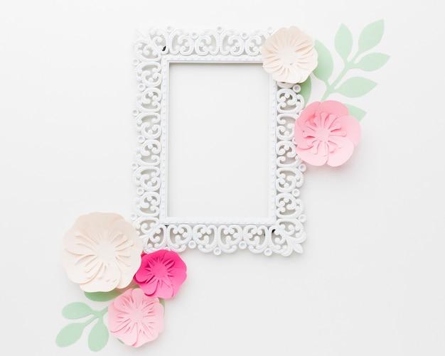 Fleurs en papier plat avec cadre