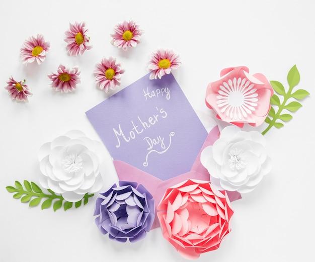 Fleurs en papier pour la fête des mères à plat
