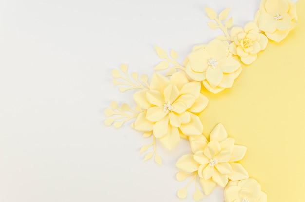 Fleurs en papier de printemps jaune sur fond blanc