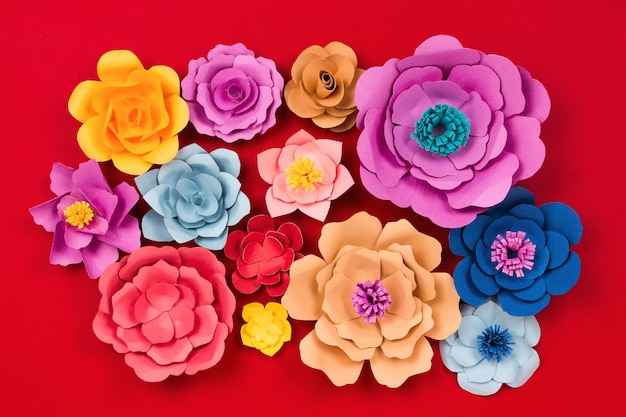 Fleurs en papier sur table rouge