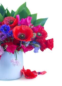 Fleurs de pavot, pois sucré et maïs en pot isolé