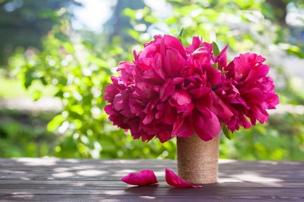 Fleurs de pivoine sur la nature verte