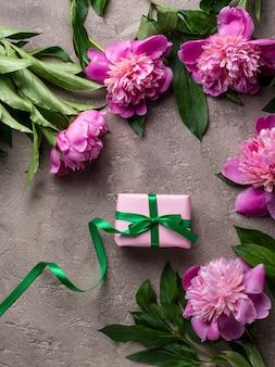Fleurs de pivoine rose et coffret cadeau