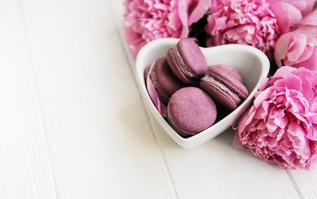 Fleurs de pivoine rose avec des macarons