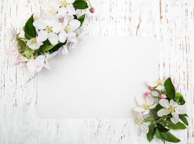 Fleurs de pommier avec carte