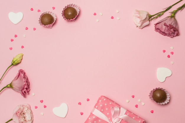 Fleurs près de la boîte et des bonbons au chocolat