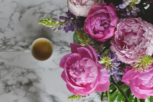 Fleurs de printemps, cadeau pour femme vue de dessus bouquet de pivoines, marbre