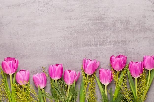 Fleurs de printemps, carte de voeux saint valentin, fleurs de couleur pastel sur fond gris.