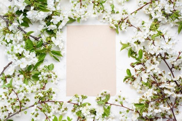Fleurs de printemps cerise et un drap propre au centre de la pierre. mise à plat, vue de dessus