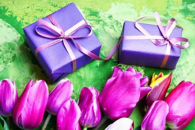 Fleurs de printemps et coffret cadeau
