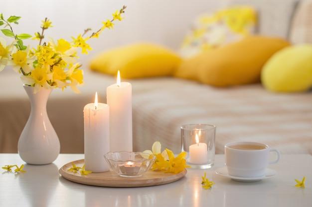 Fleurs de printemps dans un vase à l'intérieur moderne