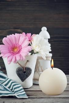 Fleurs de printemps dans un vase sur une table en bois