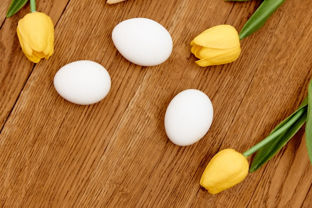 Fleurs de printemps décoration de vacances de pâques oeufs blancs. photo de haute qualité
