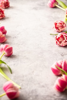Fleurs de printemps et décorations de pâques sur fond shabby chic
