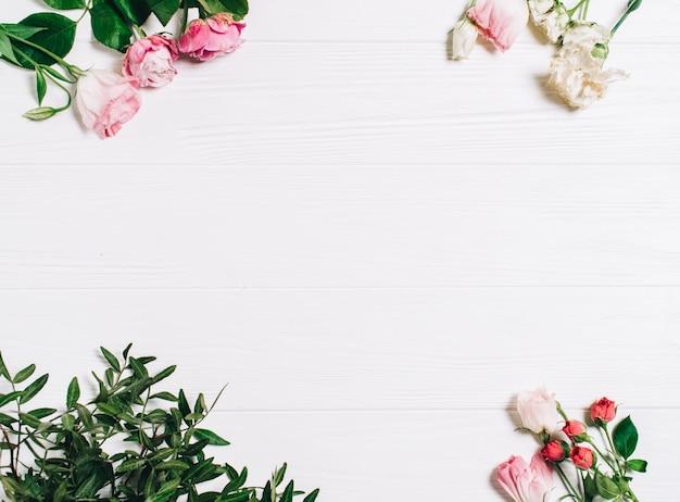 Fleurs de printemps. fleurs roses sur fond blanc en bois. flat lay, top view.