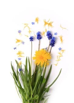 Fleurs de printemps sur un fond blanc vintage