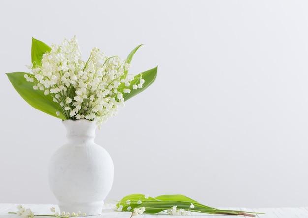 Fleurs de printemps sur fond blanc
