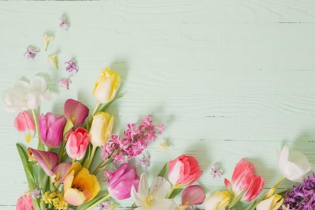 Fleurs de printemps sur fond de bois vert