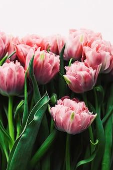 Fleurs De Printemps Sur Fond De Marbre Comme Carte De Voeux De Cadeau De Vacances Et Concept De Flatlay Floral Photo Premium