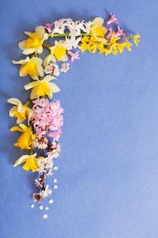 Fleurs de printemps sur fond de papier bleu