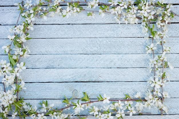 Fleurs de printemps sur fond de table en bois.
