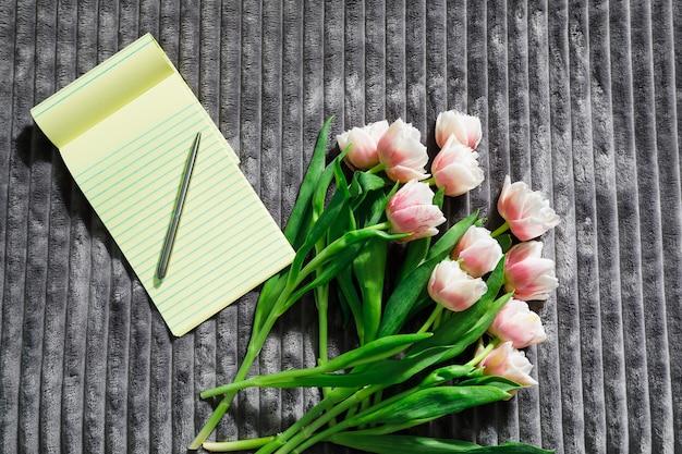 Fleurs de printemps sur une literie blanche et propre. bonjour concept.